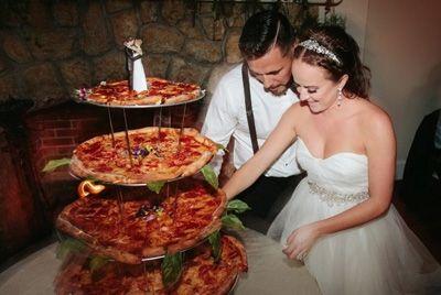 Нетрадиционный свадебный торт в виде пиццы