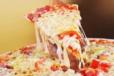 Человеку с похмельем доставили пиццу прямо в постель