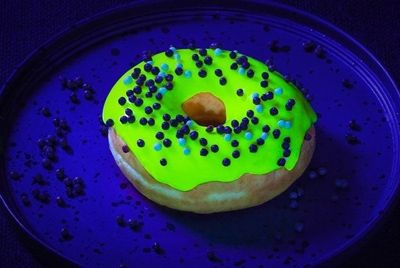 Австралийская пекарня создала светящиеся в темноте пончики