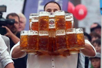 Немецкий официант установил мировой рекорд по переносу кружек с пивом