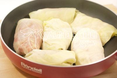 Уложить на каждый лист капусты по две столовые ложки фарша и завернуть. Уложить в сковороду с разогретым растительным маслом немного обжарить с двух сторон по 2 минуты.
