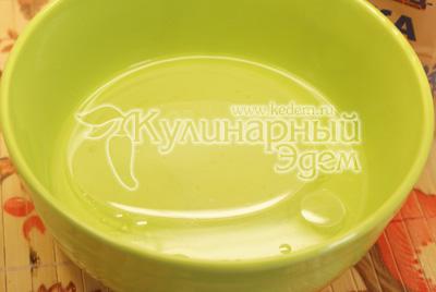 В воду добавить соль, 1 ст. ложку растительного масла и понемногу добавляя муку замесить тесто