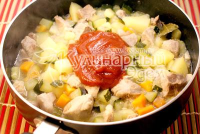 Перемешать и добавить бульон. Посолить и поперчить.  Тушить на среднем огне 10-15 минут. Добавить томатную пасту и готовить еще 3-5 минут