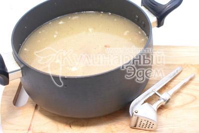 Смешать мясо с бульоном, посолить, добавить чеснок, пропущенный через пресс, черный молотый перец (по желанию)