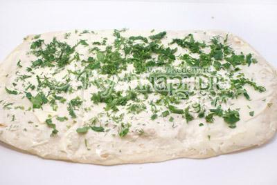 Лаваш развернуть и хорошо смазать сыром. Посыпать мелко нашинкованным укропом