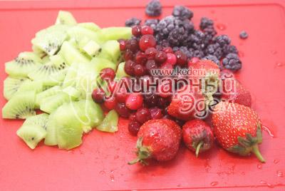 Фрукты и ягоды вымыть и нарезать небольшими кусочками
