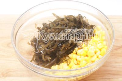 В миске смешать кукурузу и морскую капусту