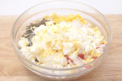 Добавить кубиками порезанные сваренные вкрутую яйца. Хорошо перемешать