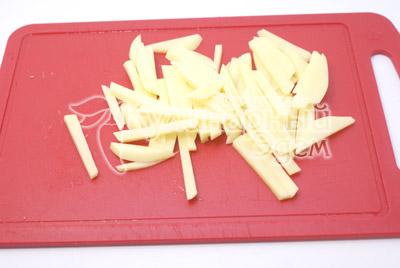 Картофель очистить и порезать соломкой