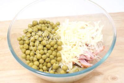 Добавить консервированный зеленый горошек и тертый сыр