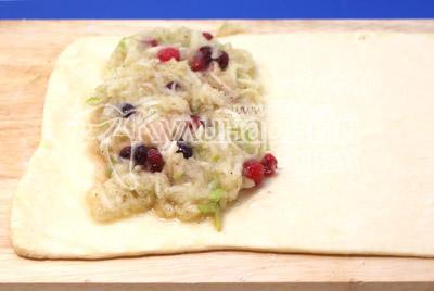 Слоёное тесто раскатать в пласт и выложить начинку