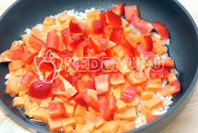 Добавить кубиками порезанную морковь и перец.  Обжаривать 2-3 минуты