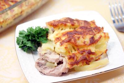 Запеченное мясо с картофелем и сыром