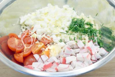 Добавить мелко нашинкованный укроп, прессованный чеснок и нарубленные яйца