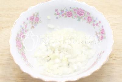 Лук мелко нашинковать и залить кипятком на 5-7 минут. Залить ледяной водой и обсушить