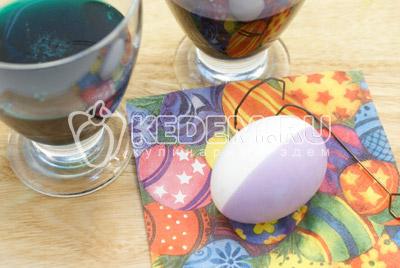 Краски развести по инструкции c уксусом. При помощи держателя опускать яйцо в краску на половину и держать 1-2 минуты. Выложить на салфетку и обсушить