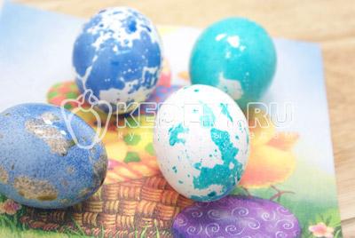 Окрашенные яйца обсушить на салфетке