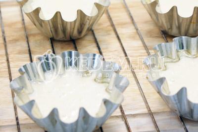 Вылить тесто в смазанные формочки