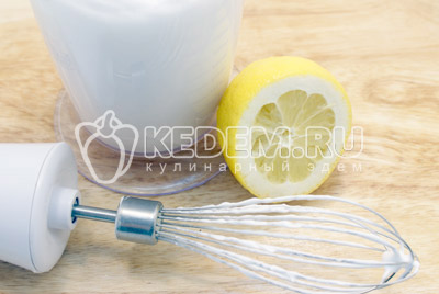 Для крема взбить 2 ячных белка с сахарной пудрой. Добавить лимонный сок
