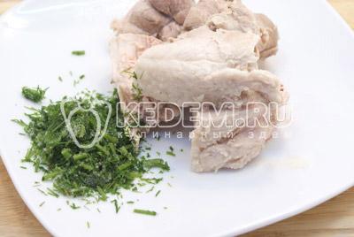 Мясо нарезать и/или отделить от кости, укроп мелко нашинковать. Добавить в суп мясо и укроп