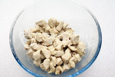 Куриную грудку нарезать кубиками и отварить в кипящей воде