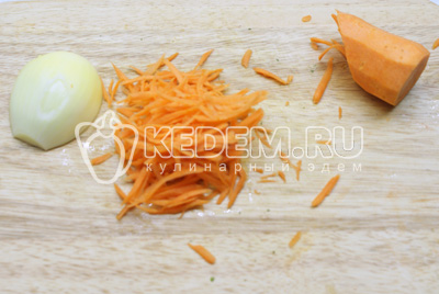 Пока картофель с курицей варится, почистить лук и морковь, морковь натереть на крупной терке, лук мелко порезать