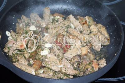 Добавить лук с грибами, мелко порезанный чеснок. Приправить сушеным или мелко порезанным укропом. Посолить по вкусу