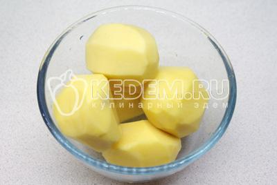 Картофель очистить, полить маслом и посыпать солью