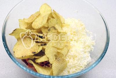 Добавьте картофельные чипсы, все смешиваем с майонезом.