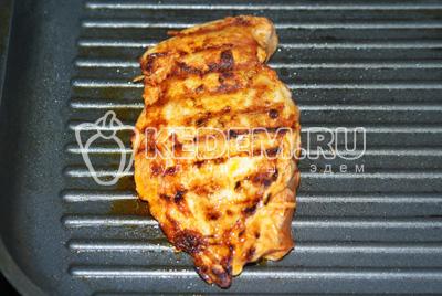 Куриную грудку предварительно замариновать в смеси паприки, чеснока, масла и соли. Обжарить с обеих сторон на сковороде гриль (можно обычной).