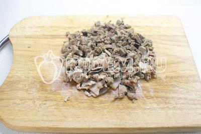 Консервированные шампиньоны и отваренную говядину порезать небольшими кубиками