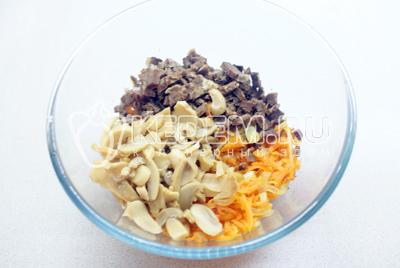 В миске смешать лук, морковь, шампиньоны и говядину