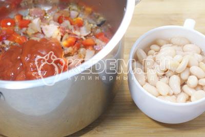 Сложить в кастрюлю и добавить протертые помидоры «PODRAVKA» и консервированную белую фасоль. Залить бульоном и посолить.