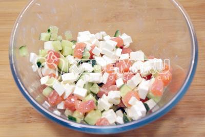 Сыр, огурец и рыбу нарезать небольшими кубиками и смешать в  миске