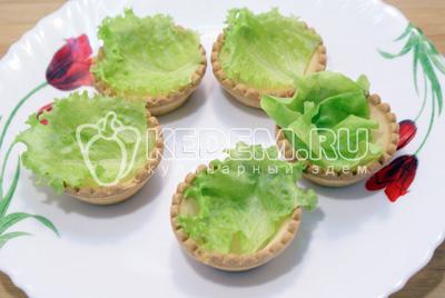 Тарталетки выложить листьями салата