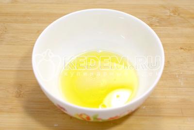 В оливковое масло добавить яблочный уксус и хорошо перемешать