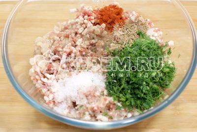 Пропустить мясо с луком через мясорубку. Добавить в фарш, мелко нашинкованный укроп, соль, зиру и паприку