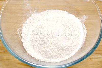 Для теста просеять муку в миску и добавить соль