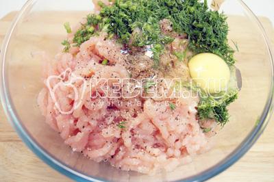 В миску с фаршем добавить мелко нарубленный укроп, яйцо, соль и перец. Хорошо перемешать