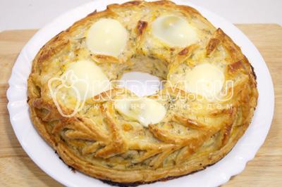 Смазать все взбитым яйцом и готовить в духовке при температуре 180 градусов С 35-40 минут