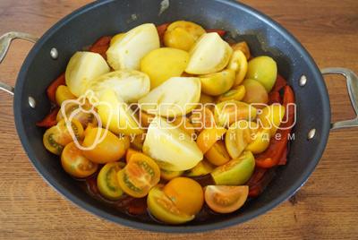 Добавить помидоры в сотейник и готовить 3-5 минут