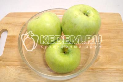 Яблоки хорошо промыть и нарезать ломтиками.