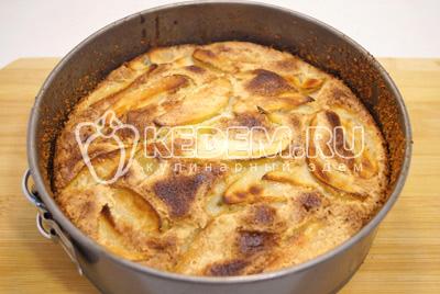 Готовить пирог в разогретой до 180 градусов С духовке, 30-35 минут. Готовность проверить деревянной палочкой. Остудить пирог в форме.