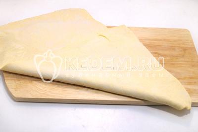 Слоеное тесто раскатать в пласт, толщиной не более 1 см.