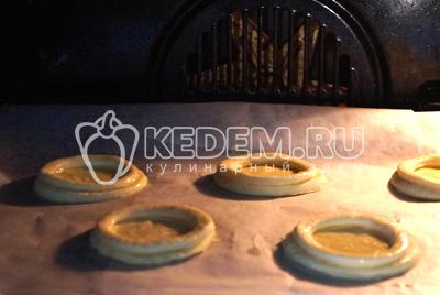 Смазать взбитым яйцом и отправить в разогретую до 200 градусов С духовку на 10 минут.
