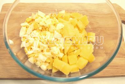 Нарезать в миску крупными кубиками картофель и средними кубиками яйца.