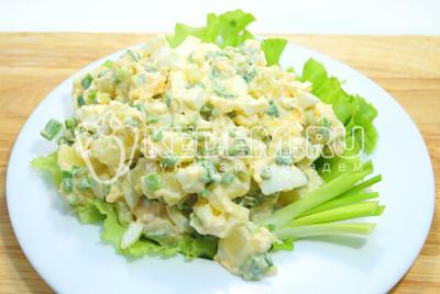 Выложить на блюдо с листьями салата.