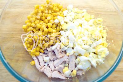 Добавить кубиками нарезанные отварные яйца и кукурузу.