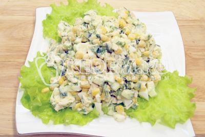 Заправить майонезом, посолить и выложить на блюдо с листьями салата.