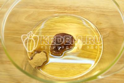 В миске растереть масло с медом и имбирем.
